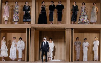 German designer Karl Lagerfeld (bottom,C) appears at the end his Haute Couture Spring/Summer 2016 collection for fashion house Chanel at the Grand Palais in Paris January 26, 2016. REUTERS/Gonzalo FuentesCODE: X02443 Desfile de Chanel en la semana de la moda de alta costura en Paris 50/cordon press