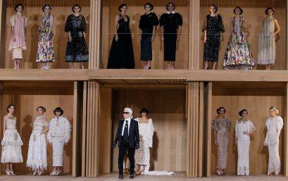 German designer Karl Lagerfeld (bottom,C) appears at the end his Haute Couture Spring/Summer 2016 collection for fashion house Chanel at the Grand Palais in Paris January 26, 2016. REUTERS/Gonzalo FuentesCODE: X02443 Desfile de Chanel en la semana de la moda de alta costura en Paris 50/cordon press