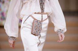 A model presents a creation by German designer Karl Lagerfeld as part of his Haute Couture Spring/Summer 2016 collection for fashion house Chanel at the Grand Palais in Paris January 26, 2016. REUTERS/Gonzalo FuentesCODE: X02443 Desfile de Chanel en la semana de la moda de alta costura en Paris 50/cordon press